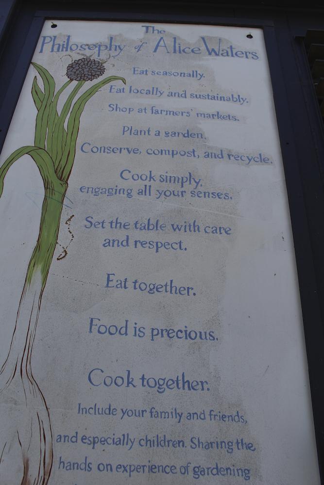 キッチンの壁画。アリスの食哲学が美しく描かれていました。
